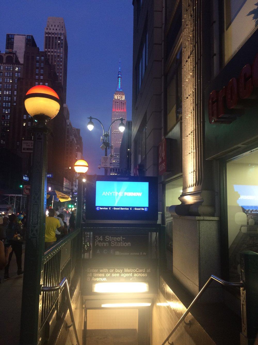 Na Penn Station jsme začali, tak na Penn Station také skončíme. Opět nechybí Empire State Building na pozadí, jen zbarvení lamp se přes ulici změnilo.(foto: Libor Hinčica)