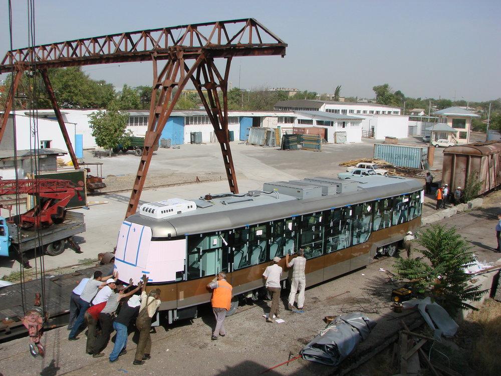 Skládání nového vozu VarioLF v Taškentu v roce 2011. České tramvaje se v uzbeckém hlavním městě dlouho neohřály. V roce 2016 byl provoz tramvají zrušen. Nyní se vozy přesouvají do města Samarkand. (foto: Sergej Kivenko)