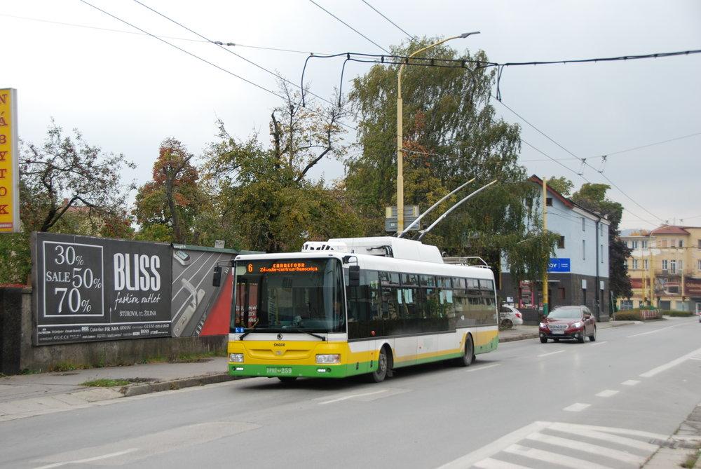 Žilina naposledy odebrala od Škodovky vozy Škoda 30 Tr a 31 Tr s karoserií výrobce SOR Libchavy. Nyní by však měla poprvé odebrat vozy s karoserií polského Solarisu. Od zahájení spolupráce mezi Škodou Electric a SORem je to poprvé, co na Slovensko míří trolejbusy s jinou mechanickou částí než od libchavské společnosti. (foto: Libor Hinčica)