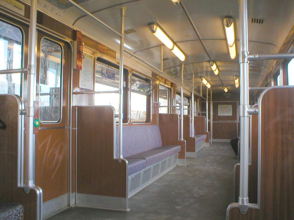 Interiér jednotky DL v běžném provozním stavu s již novějším potahem sedadel. (zdroj: Wikipedia.org)