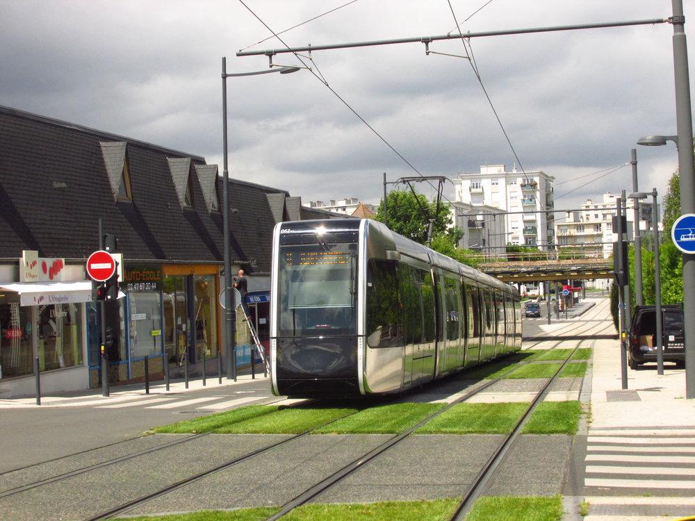 Mimo centrum využívají tramvaje v Tours tradiční trolejové vedení a většina tratí je zatravněna. Snímek byl pořízen poblíž zastávky Republique. (foto: Ing. Filip Jiřík)