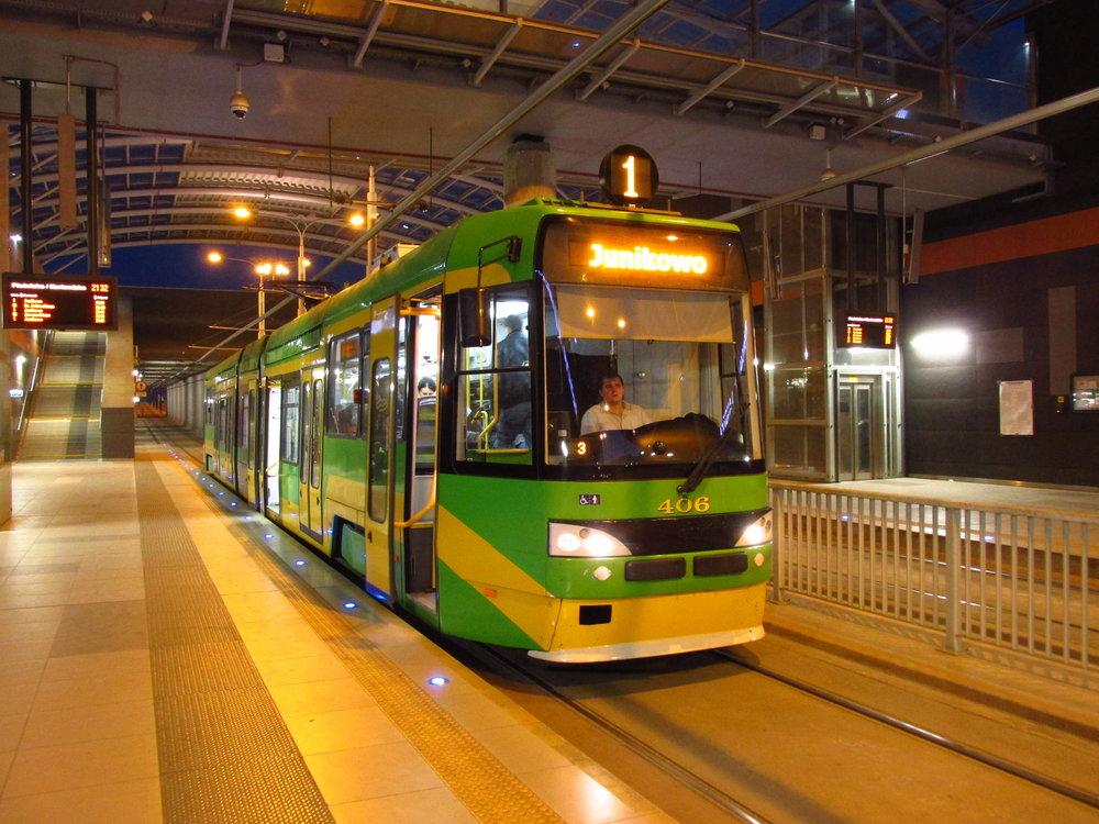 Poznaňský vůz RT6 MF 06 AC vzniklý úpravou tramvaje RT6N1 působí dne 22. 5. 2015 na nové podpovrchové stanici velmi moderně. (foto: Ing. Filip Jiřík)