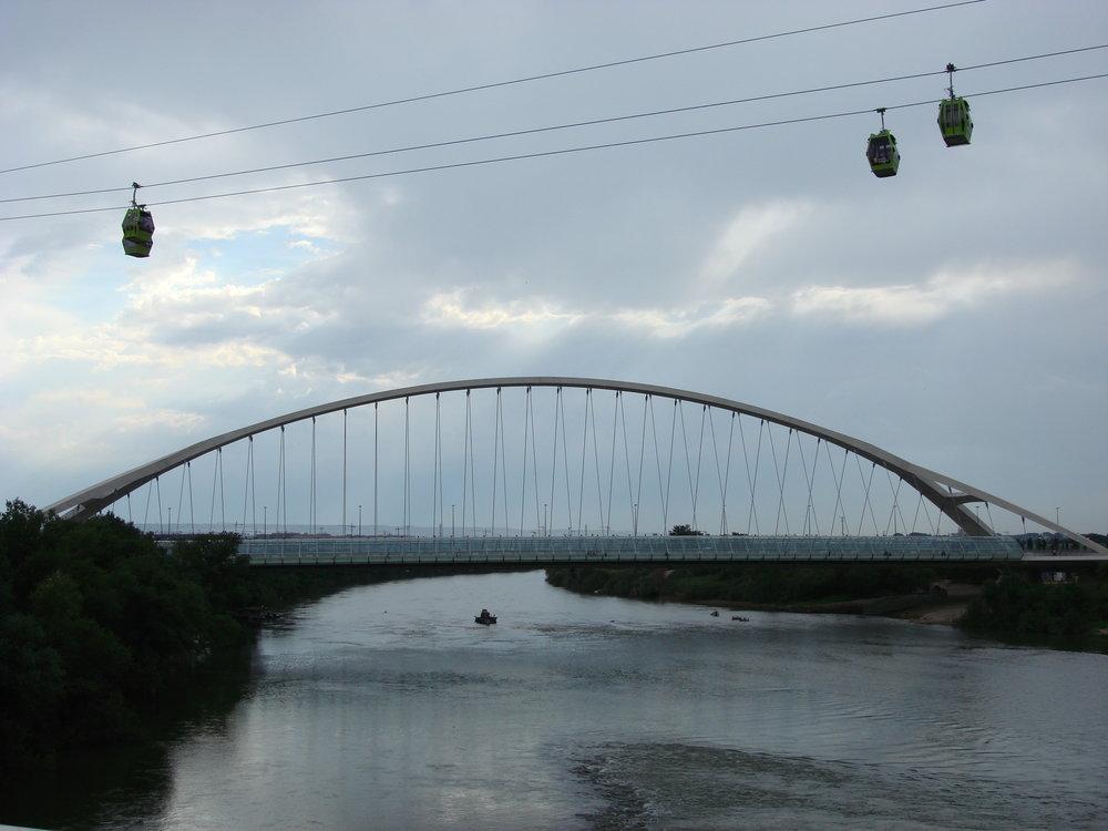 """Lanovce konkuroval nejen výše vzpomínanýmost """"Třetího tisíciletí"""",ale ještě lávka, ze které je most focen. Areál Expa je napravo, stanice Delicias navlevo."""