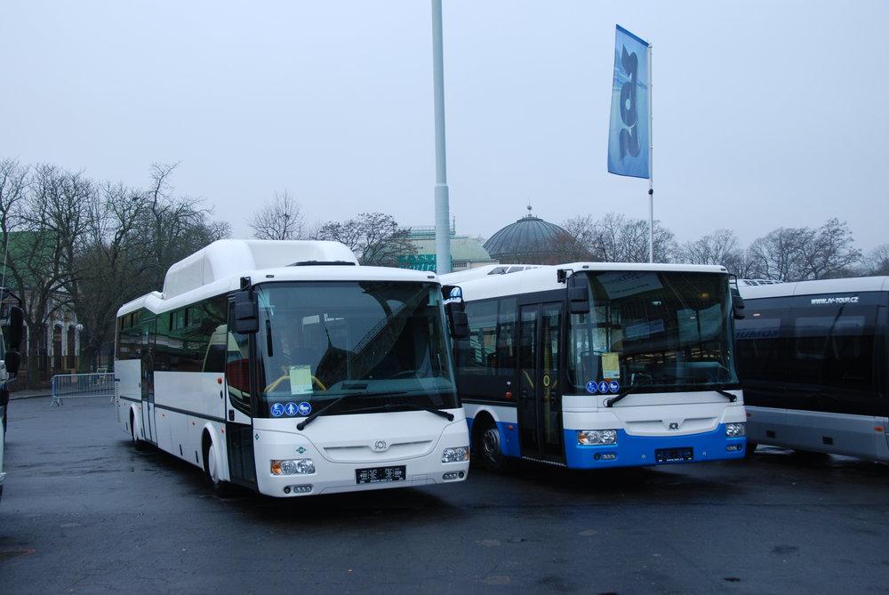 Řada autobusů je vystavována také na venkovní ploše veletrhu. Zde se díváme na dvojici autobusů z produkce SORu (SOR CN 12 a SOR NB 12 CITY). Letos by měl výrobce z Libchav přivézt novinku v podobě nového konceptu elektrobusu, s nímž se mohla veřejnost seznámit poprvé v Hannoveru v září letošního roku. (foto: Libor Hinčica)