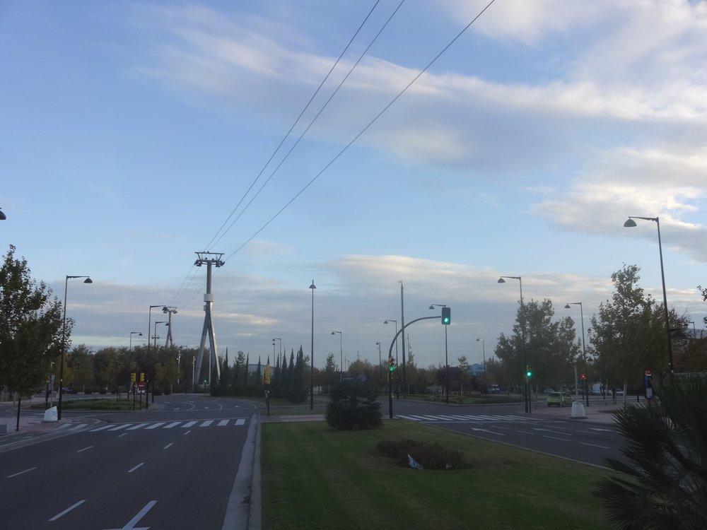 Poslední dva snímky zachycují situaci v polovině listopadu 2016. Kabinky jsou snesené a pomalu chátrajícístavba lanovky působí jako nelichotivý pomník časů relativně nedávných.