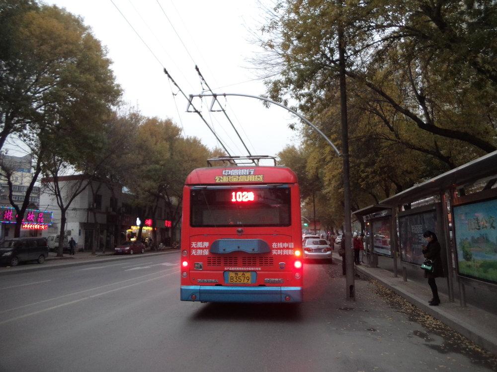 Trolejbus linky č. 102 v západním sektoru města, jmenovitě na ulici Nanxinzhuang.
