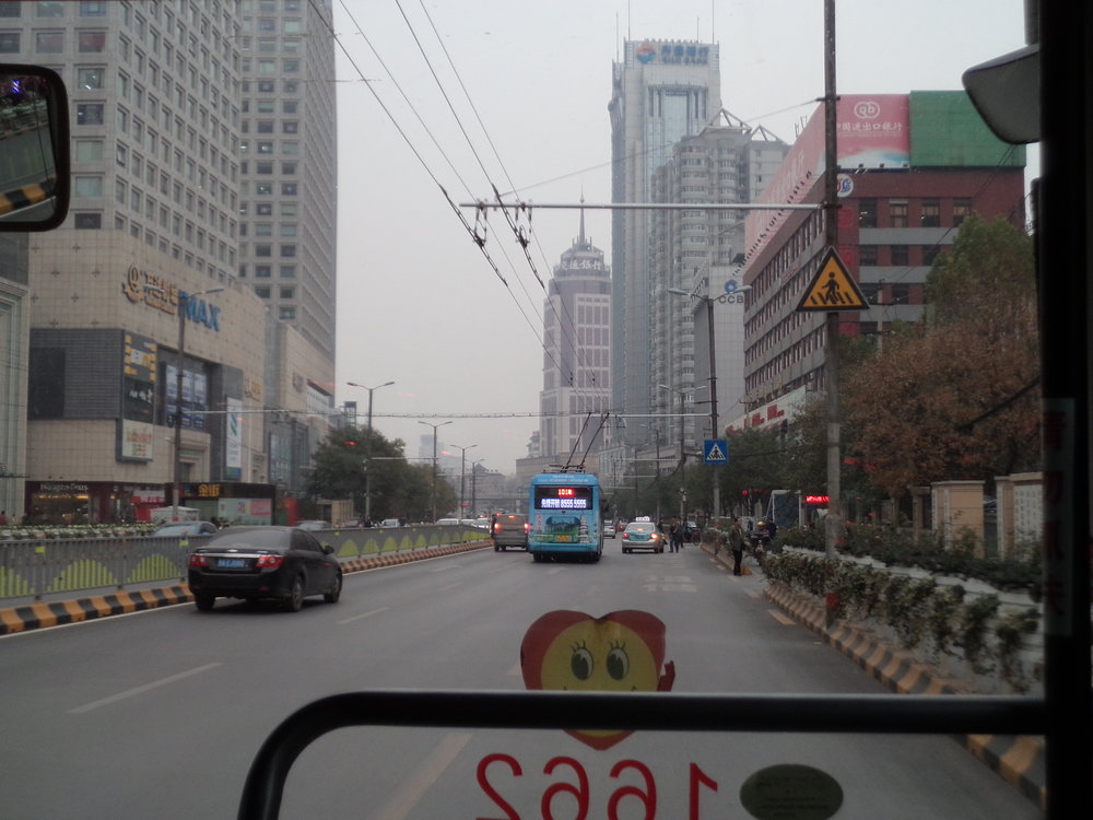 I tyto dva výhledy se nabízí při jízdě ťinanským trolejbusem.
