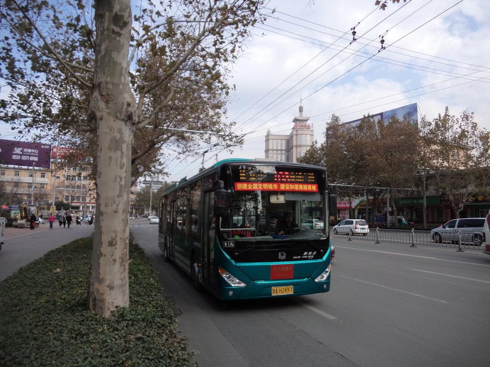 Trolejbus linky č. 103 na ulici Lishan Lu.