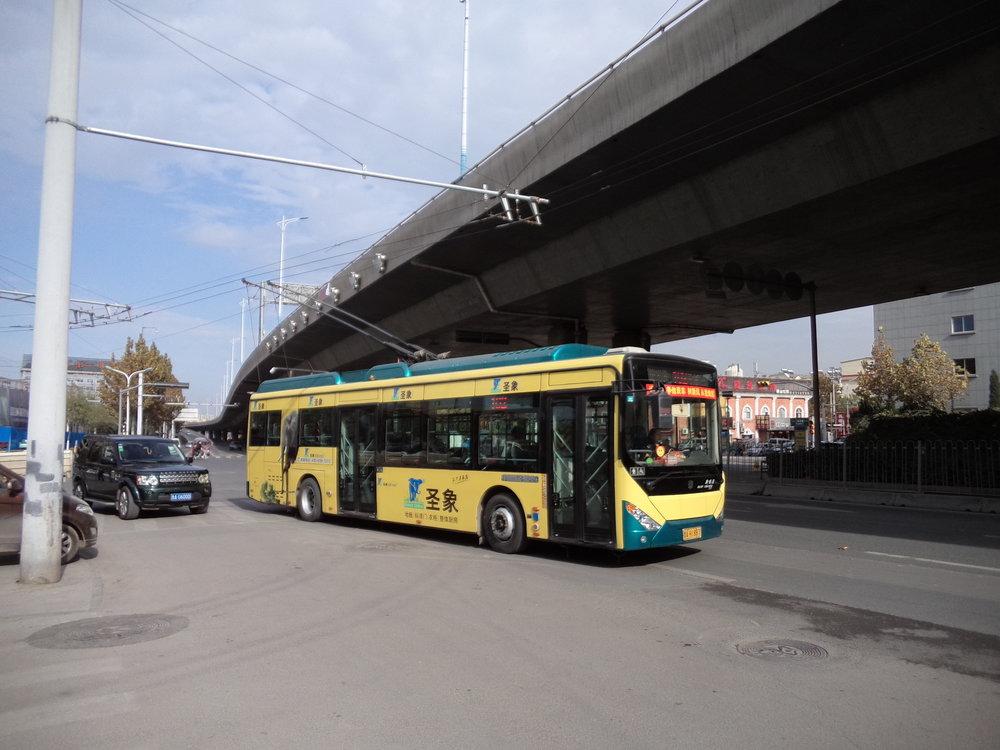 Trolejbus linky č. 102 se blíží ke své východní konečné ležící blízko silničního okruhu Erhuan Donglu.