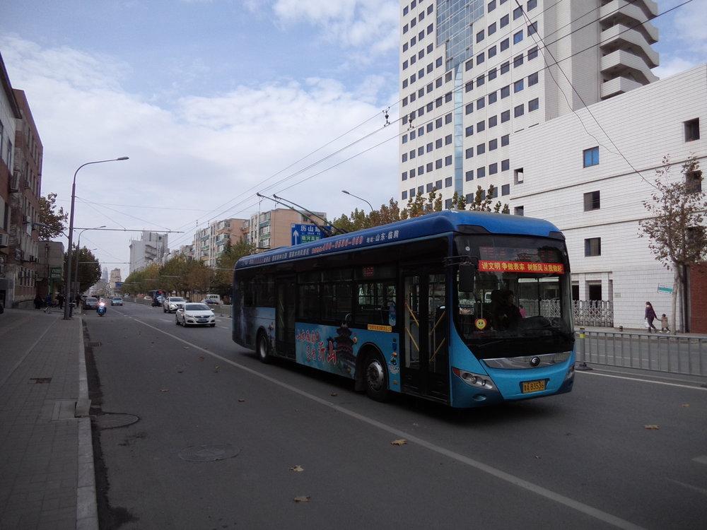 Ťinanské trolejbusy hýří barvami. Zde jeden z vozů na lince č. 102, a to na ulici Heping Lu.