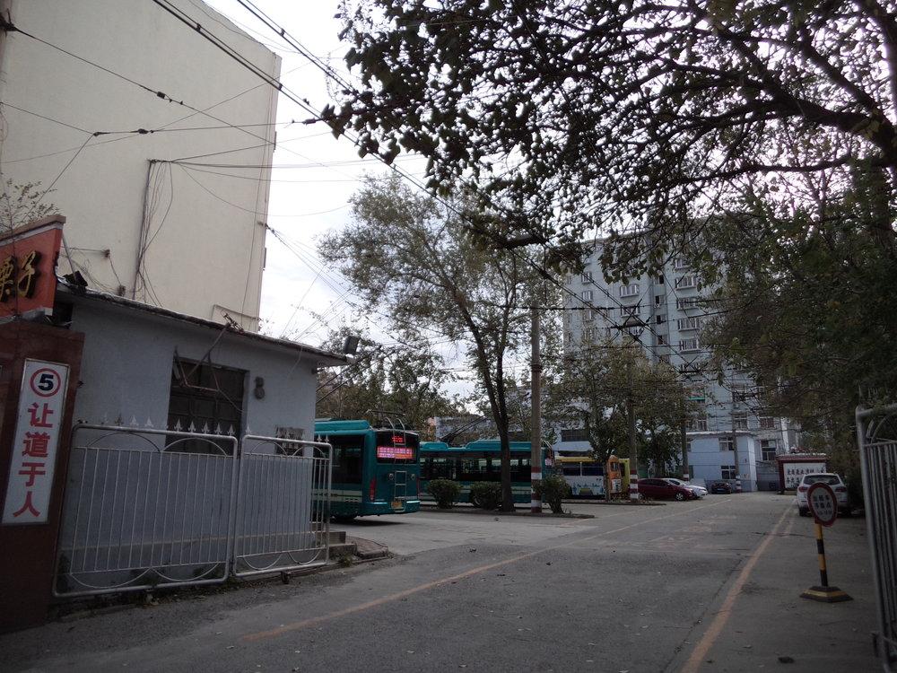 Vjezd do vozovny, ve které jsou deponovány hlavně vozy linky č. 103.