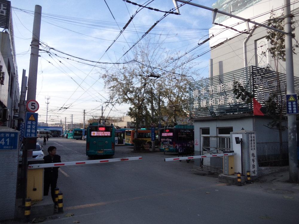 Vjezd do vozovny na jihozápadě města při ulici Nanxinzhuang Lu. Vozovna slouží primárně trolejbusům linek 102 a 104.