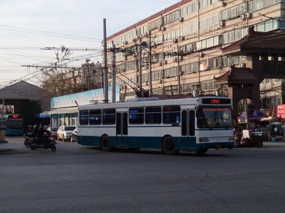 Tatáž vozovna ještě jednou, tentokrát ovšem s výjezdem trolejbusu staršího typu na linku č. 104.