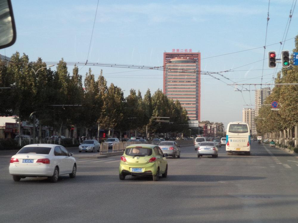Po cestě trolejbusem linky č. 104 nebo 102 může člověk narazit na toto propojení stop.