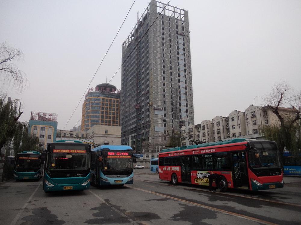 A zde vozovna pro trolejbusy linky č. 101. Cestující mají výstupní zastávku netradičně za branami do vozovny.