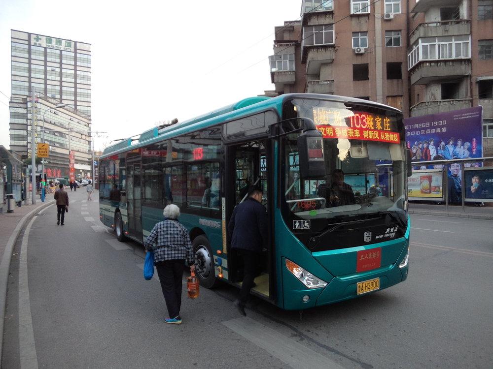 Trolejbus linky č. 103 po bezprostředním sklopení sběračů v centru města. Po překonání nedaleké křižovatky, kde chybí stopa ve směru jih/východ, jsou sběrače opět nasazeny na trolej.