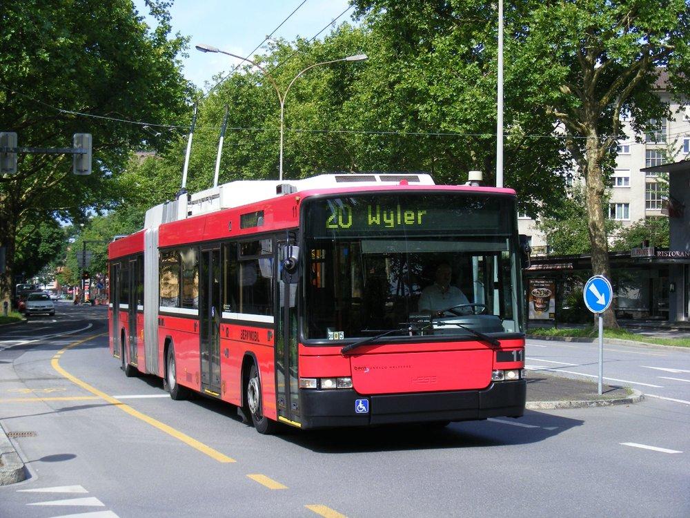 Dnes na trolejbusových linkách slouží 20 vozů Swisstrolley 2. (zdroj: Wikipedia.org)