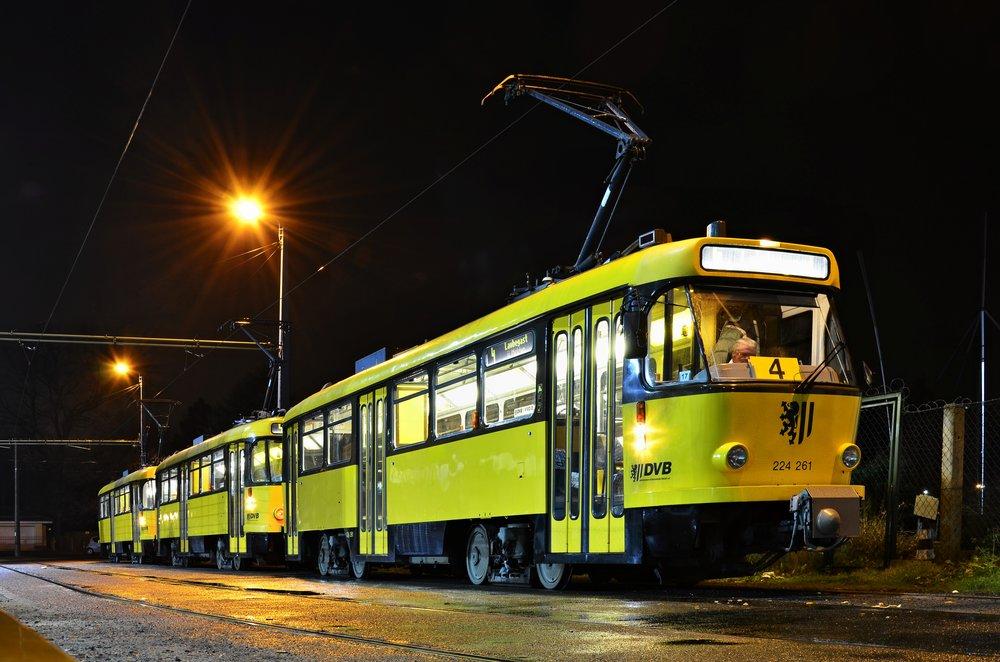 """""""Trojče"""" vozů T4D na lince 4 (resp. E4) v německých Drážďanech. (foto: Petr Foltys)"""