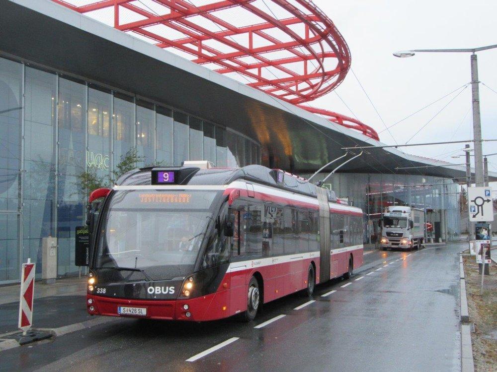 Trolejbus Solaris Trollino 18 AC v designu MetroStyle na konečné Europark první den provozu nové linky. (foto: Gunter Mackinger)