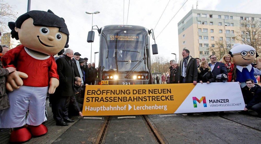 Otevření nové tramvajové tratě v Mainzu dne 11 12. 2016 o délce 9,2 km. Pro provoz na nové lince byly pořízeny tramvaje Stadler Variobahn. (foto: MVG Mainz)