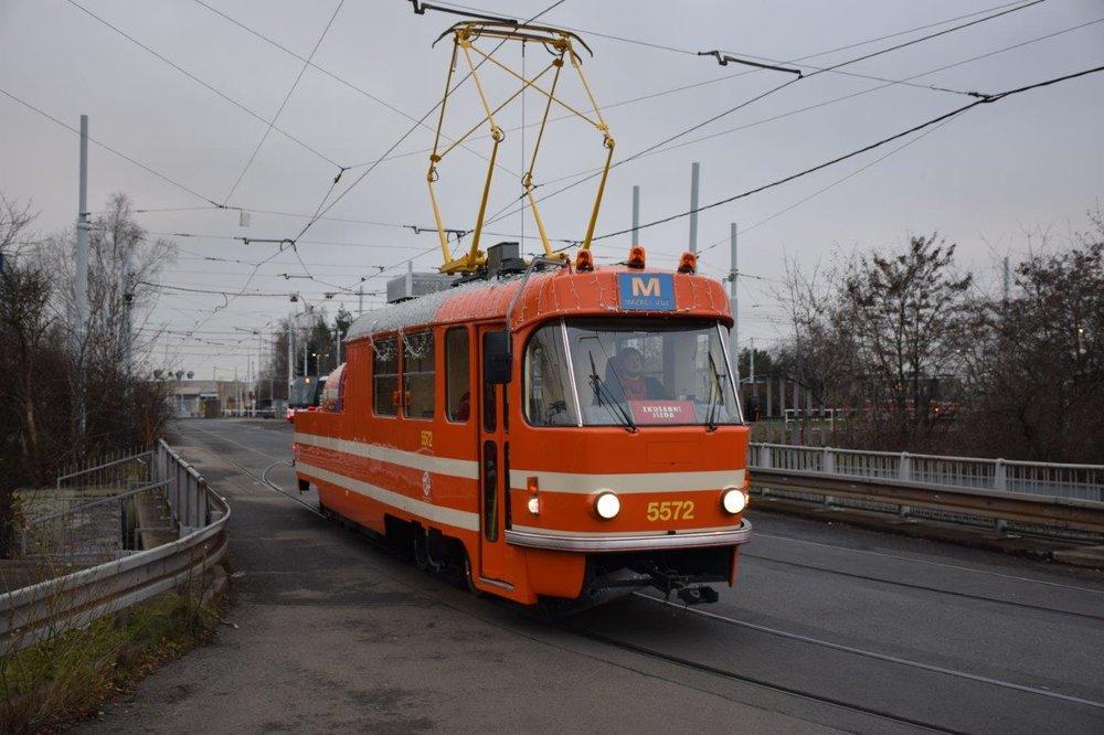 Mazací tramvaj se vrátila do ulic Prahy. (foto: DPP)