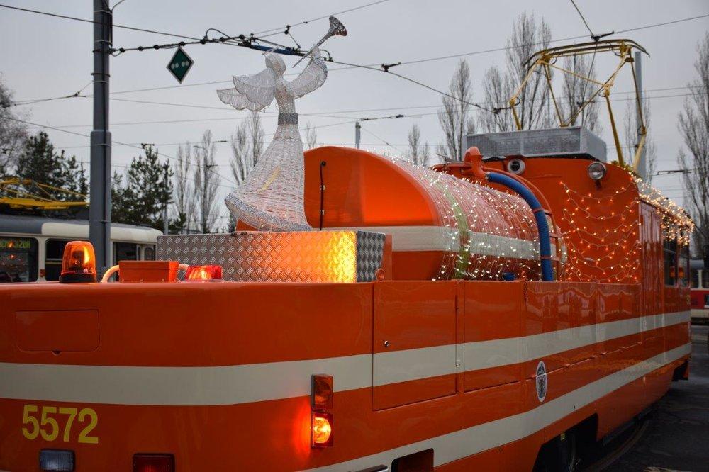 Tramvaj se vyznačuje také nezvyklou vánoční výzdobou. (foto: DPP)