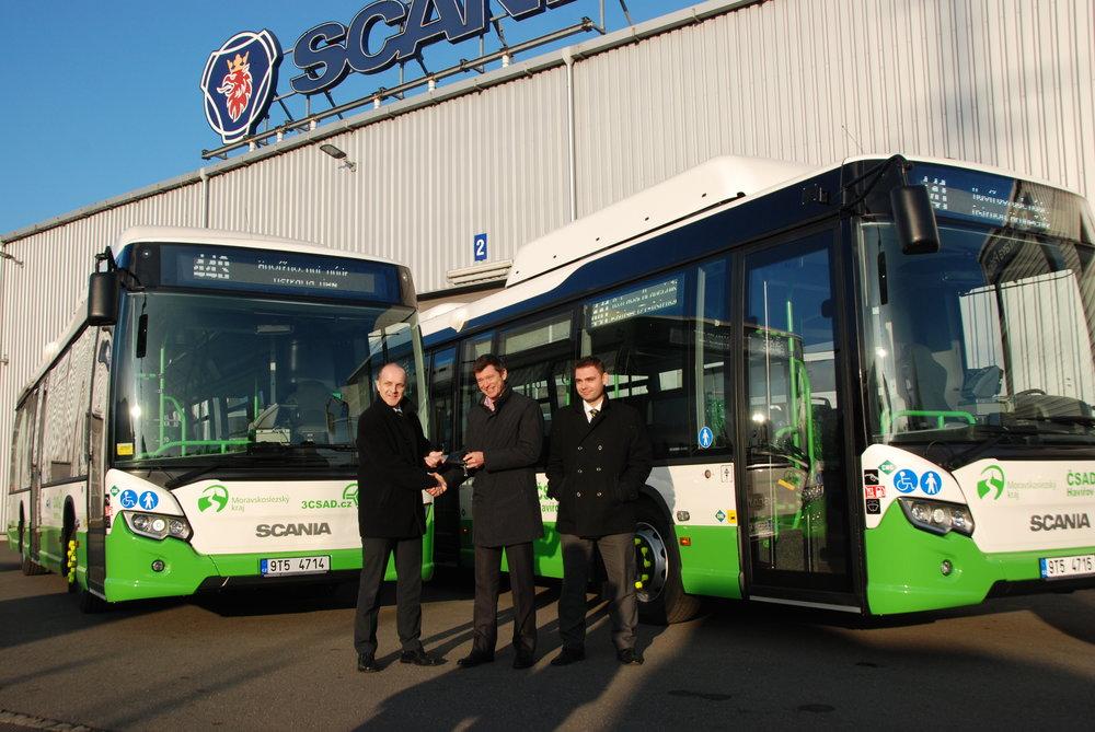 Ing. Tomáš Vavřík, MBA, generální ředitel skupiny 3ČSAD, přebírá symbolický klíč od nových autobusů Scania z rukou generálního ředitele Scania CER Jamese Armstronga. (foto: Libor Hinčica)