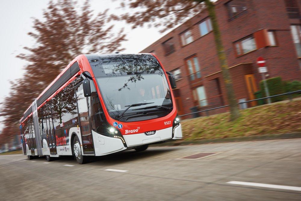 V okolí Eindhovenu nalezneme dnes jednu z největších flotil elektrobusů v Evropě. Větší je patrně jen ta v anglickém Londýně (51 vozů), zde se však jedná o sólo vozy různých dopravců, nezřídka v testovacím provozu. (foto: VDL Bus & Coach)