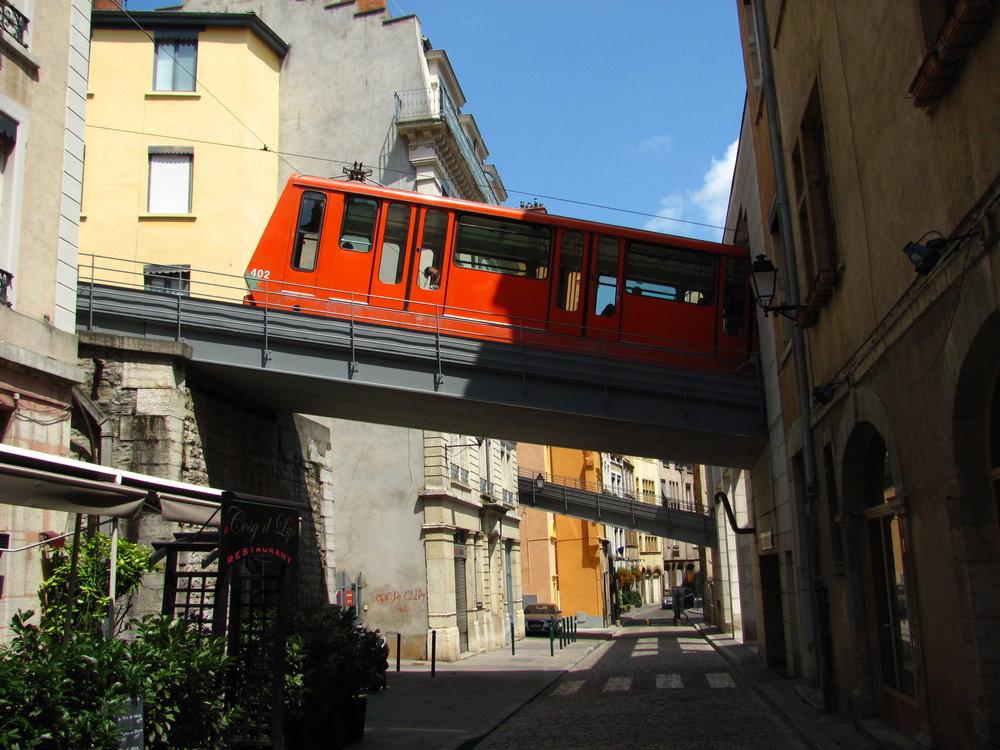 Dochované lanové dráhy F1 a F2 kříží mosty ulici poblíž spodní zastávky Vieux-Lyon. (foto: Ing. Filip Jiřík)