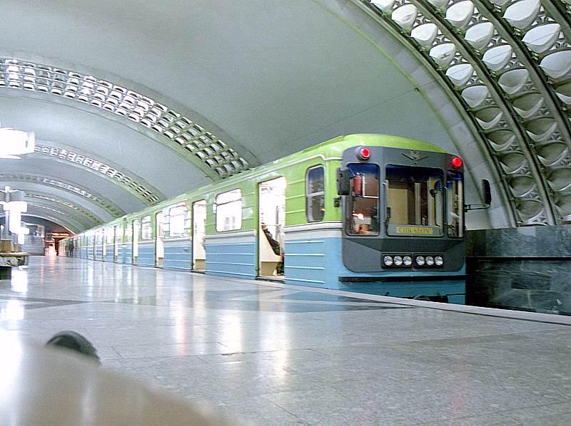 V podzemí slouží jednotky metra 81-71, které můžeme znát i z pražského metra. V tomto případě však poněkud s jiným designem. (zdroj: Wikipedia.org)