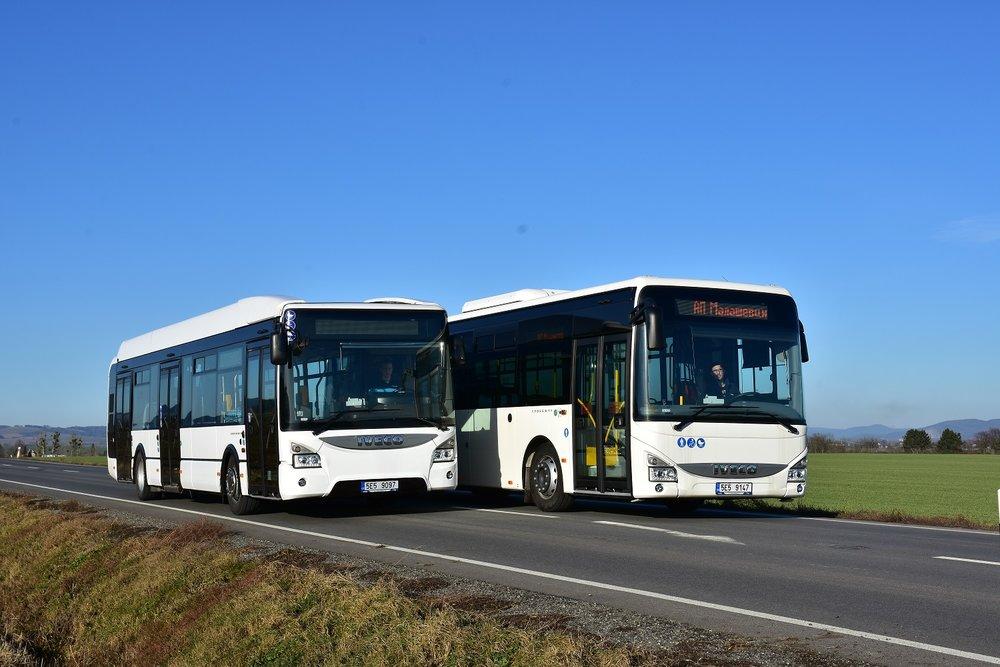 Dvojici dieselových autobusů pro linky MHD v Krnově si Arriva již v Ivecu převzala. Na snímku jsou vozy Crossway LE a Urbanway ještě bez polepů, v nichž by se měly představit na krnovském náměstí. (foto: Miroslav Halász)