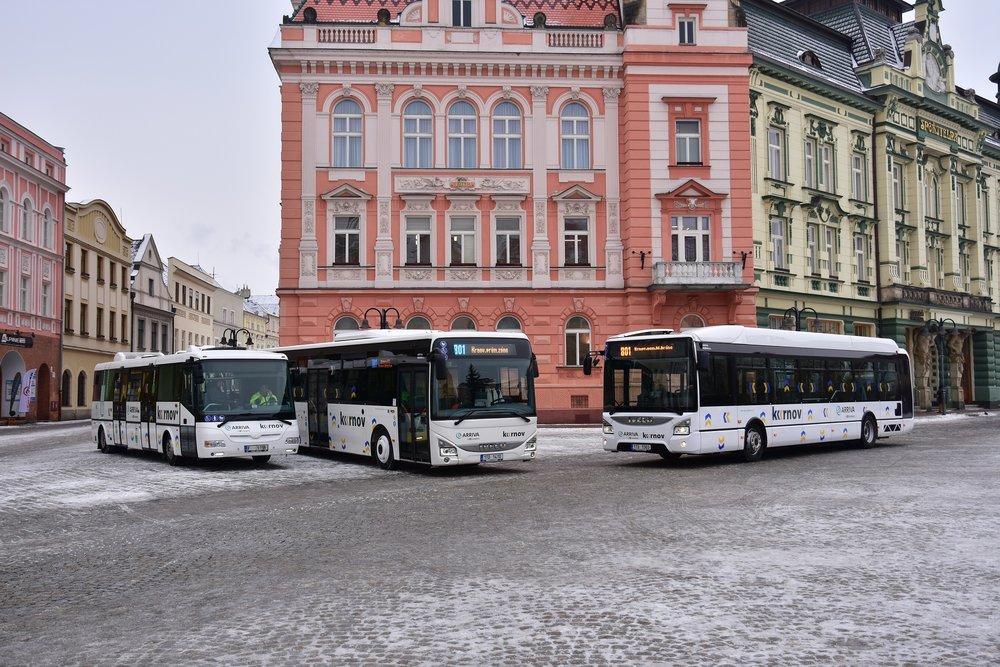 Flotila nově pořízených vozů na krnovském náměstí. (foto: Miroslav Halász)