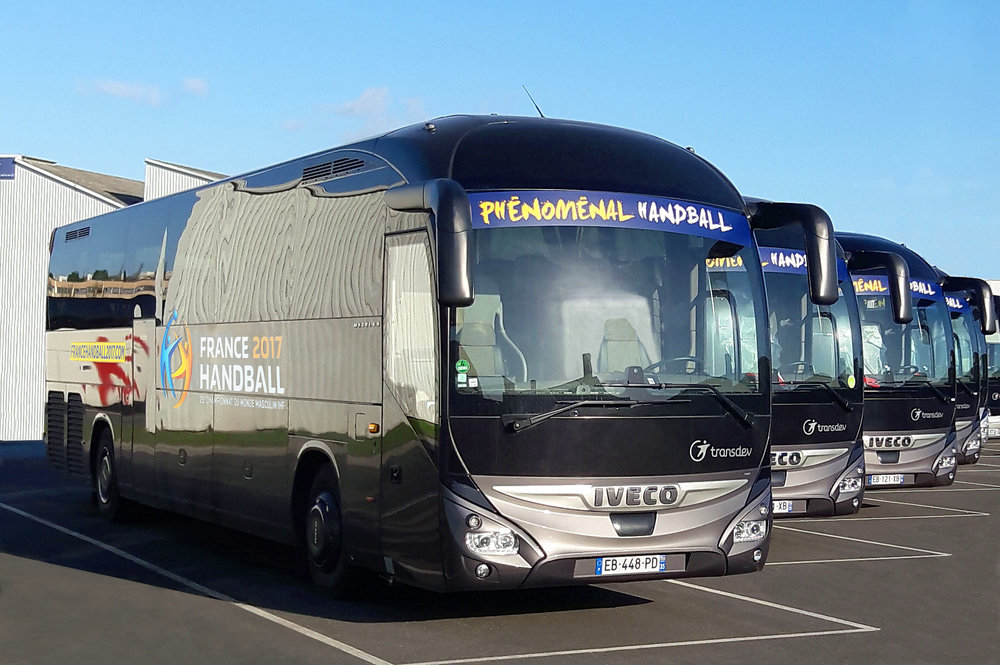 Autobusy Iveco Magelys v barvách mistrovství světa v házené. (foto: Iveco Bus)