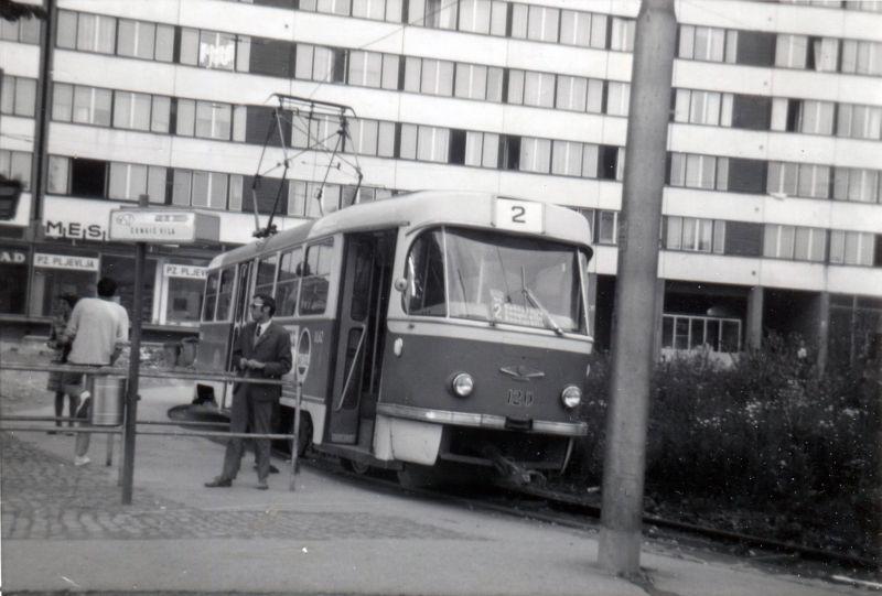 První dvojice vozů T3YU se jako jediná vyznačovala odlišným čelním transparentem. (sbírka: Jan Čihák)