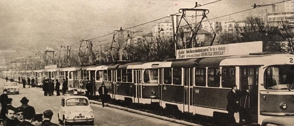 10 z 20 tramvají T3YU v Sarajevu na jediné fotografii při slavnostním uvedení do provozu. V průvodu lze však napočítat tramvají více. Na jeho konci jsou ale již vozy PCC. (foto: Jan Čihák)