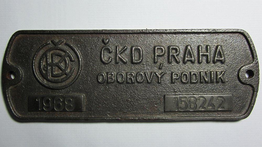 Výrobní štítek z vozu ev. č. 128, jenž se nachází v soukromé sbírce. (foto: Jan Čihák)