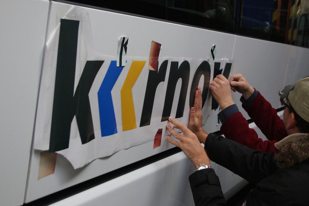 Momentka z prací na polepení vozidla. Na bočnici se právě vyměřuje umístění nápisu Krnov. (foto: Nikola Forštová, produkční manager MOBILBOARD)