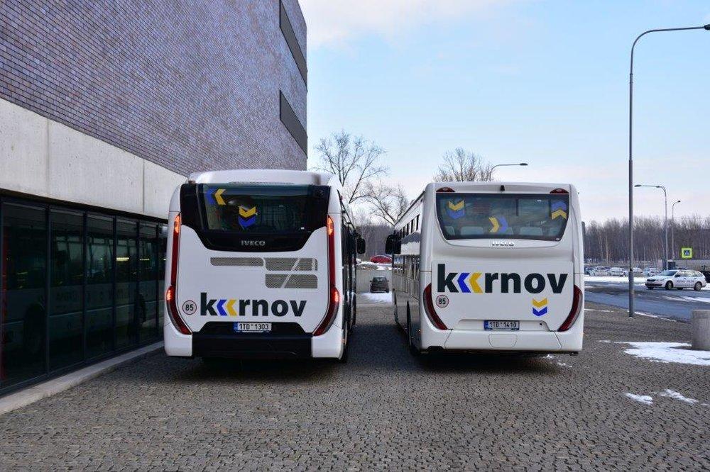Šipky a velký nápis Krnov nechybí ani na zadních čelech autobusů. (foto: Miroslav Halász)