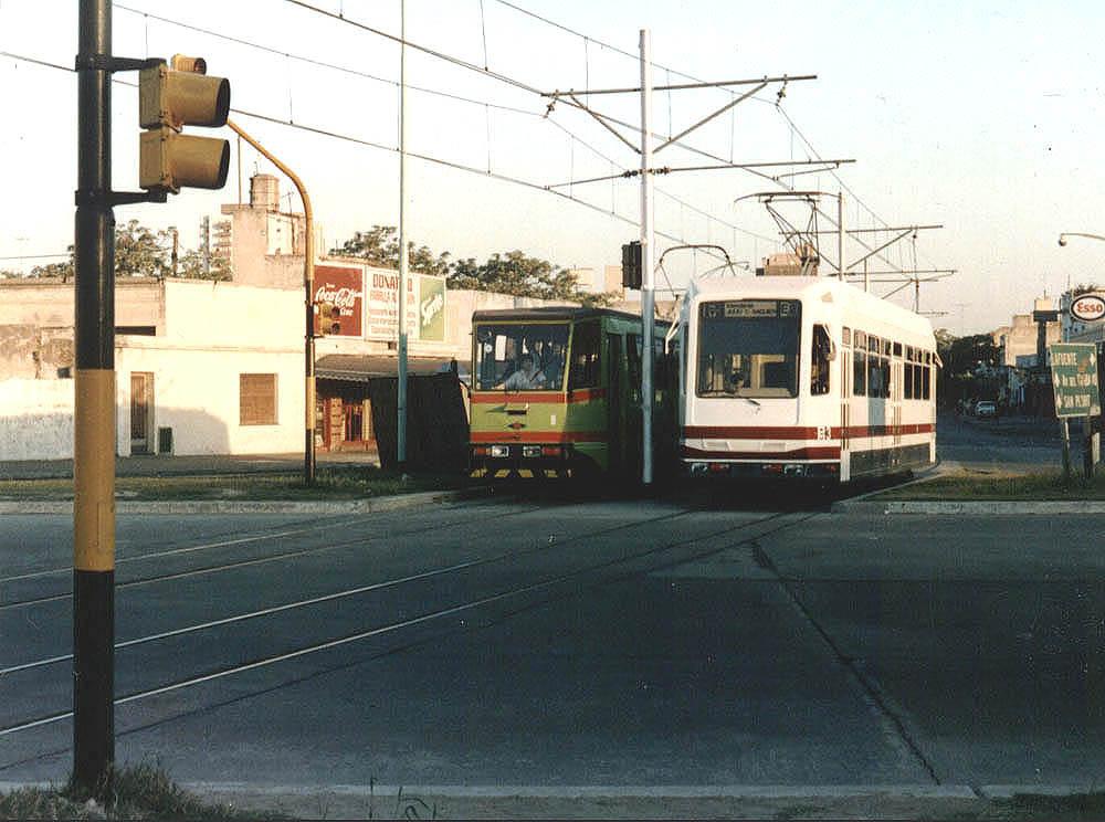 První rok provozu sítěPremetra otevřené roku 1987 zajišťovaly pouze předělané vozy ze starých souprav působících na lince metra A (vlevo), postupně však zátěž převzaly vozy Siemens-Materfer (vpravo). (snímek: Asociación Amigos del Tranvía)