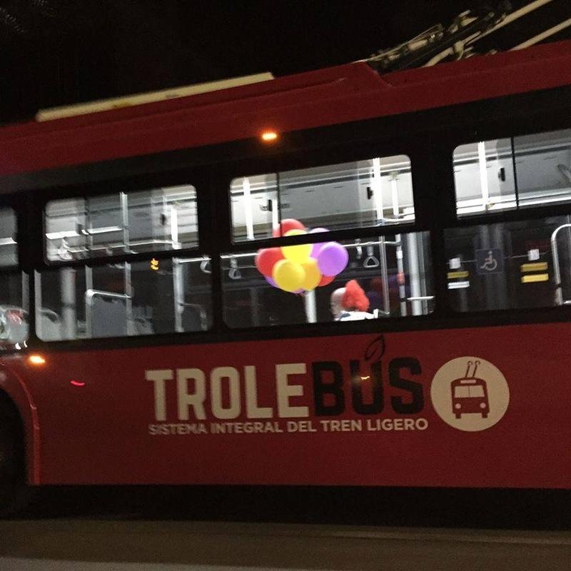 Loni na podzim se v guadalajarském trolejbuse projel i děsivý klaun. Autora této fotografie se bohužel nepodařilo vypátrat.