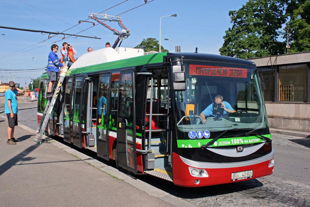 Elektrobus SOR EBN 11 na konečné Želivského v Praze. (foto: Ing. Petr Bechyně)