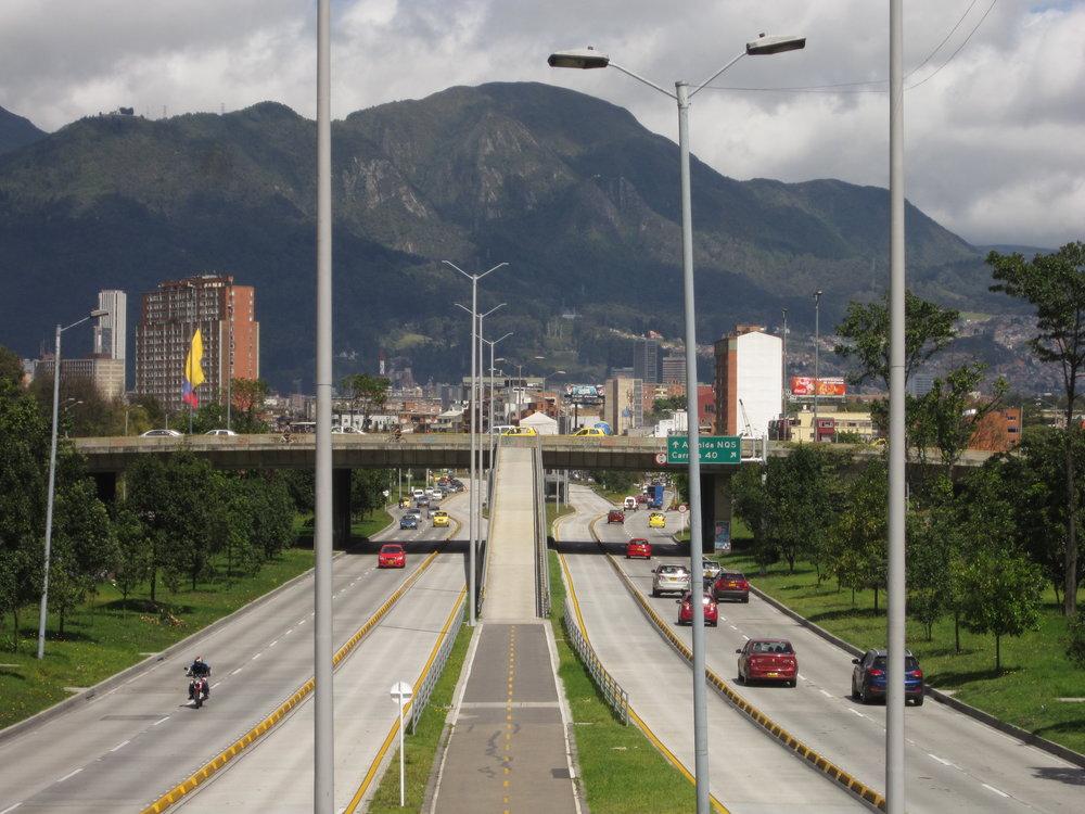 Na některých místech TransMilenia není provoz hustý. Uprostřed cyklostezka. (foto: Wikipedia)
