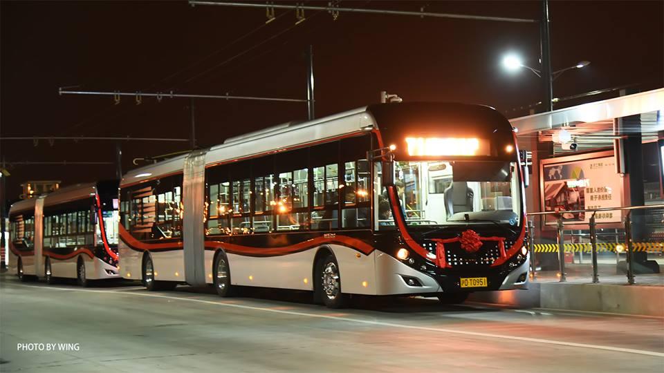 Článkové trolejbusy Yutong připravené na slavnostní zahájení provozu na lince číslo 71. (foto: Wing)