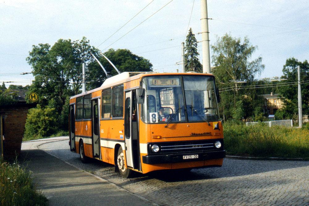 Druhý prototyp Ikarus 260T (260.T2) v německém Weimaru (Výmaru) v roce 1988. Šlo o jediný vůz svého typu.(foto: Tomáš Dvořák)