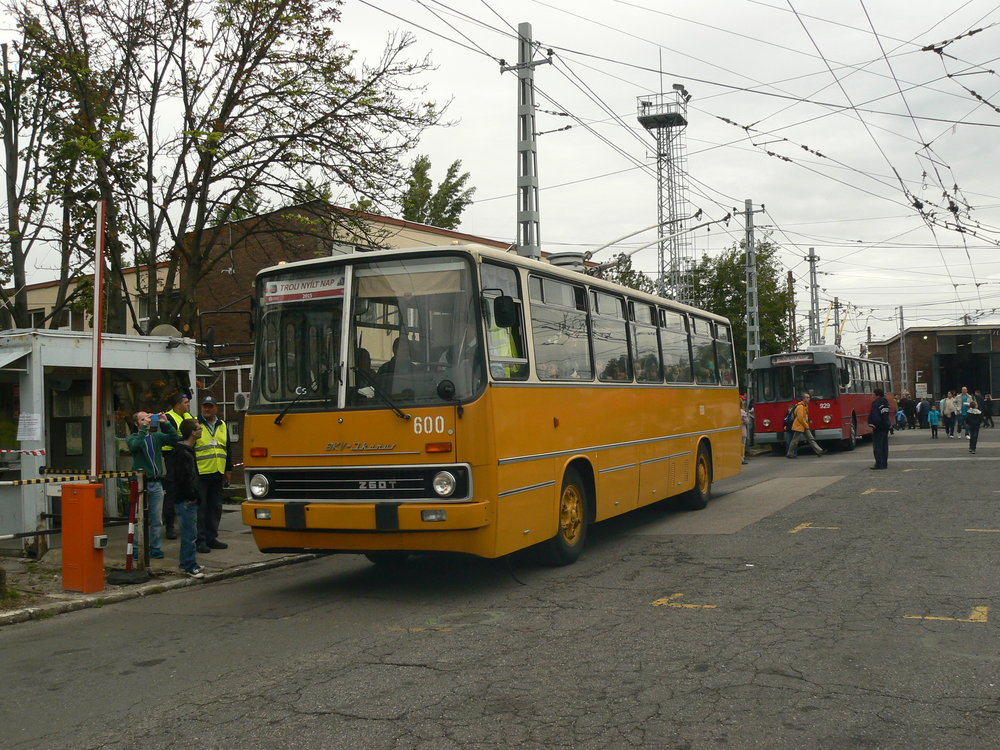 První prototyp sólo Ikarusu-trolejbusu z roku 1974 je dnes historickým vozidlem BKV, přičemž obdržel zpět svůj původní žlutý nátěr.(foto: Zdeněk Sýkora)