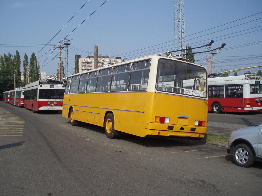 Pohled zezadu na historický Ikarus 260.T1 v areálu vozovny trolejbusů v Budapešti. (foto: Zdeněk Sýkora)