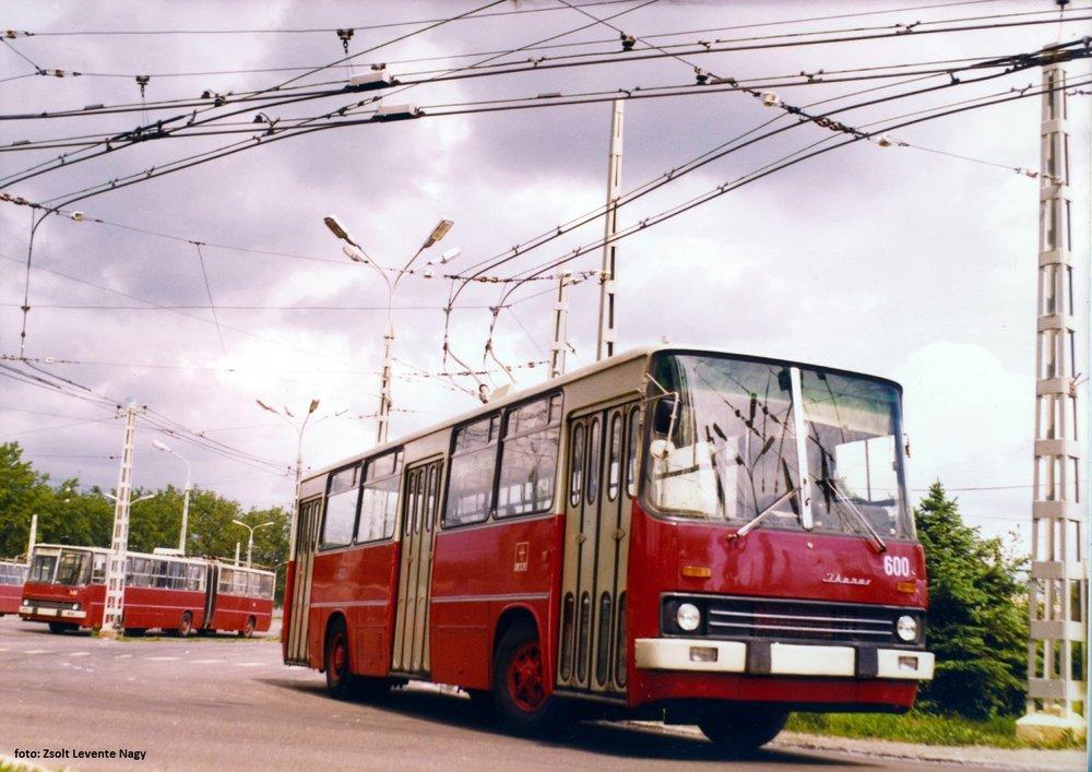 Původní žlutý lak prototypu Ikarusu 260.T1 byl později nahrazen běžným červeno-krémovým nátěrem. V provozu s cestujícími se trolejbus udržel 19 let. (foto: Zsolt Levente Nagy)