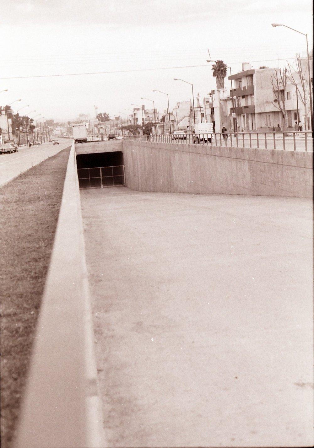 Snímek z poloviny 70. let zachycuje tunel pod novou třídou Federalismo ještě před tím, než do něj bylo nainstalováno trolejbusové trolejové vedení. (zdroj: kolekce Stephena Scalza / Scalzo Collection)