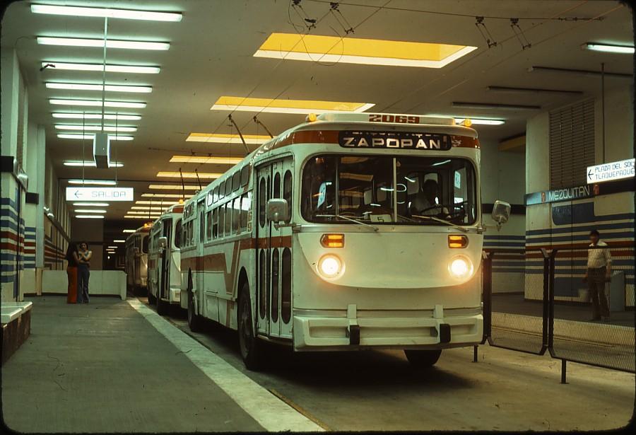 Podzemní stanice Mezquitán s ex-chicagskými trolejbusy dne 4. 11. 1977.(zdroj: kolekce Stephena Scalza / Scalzo Collection)