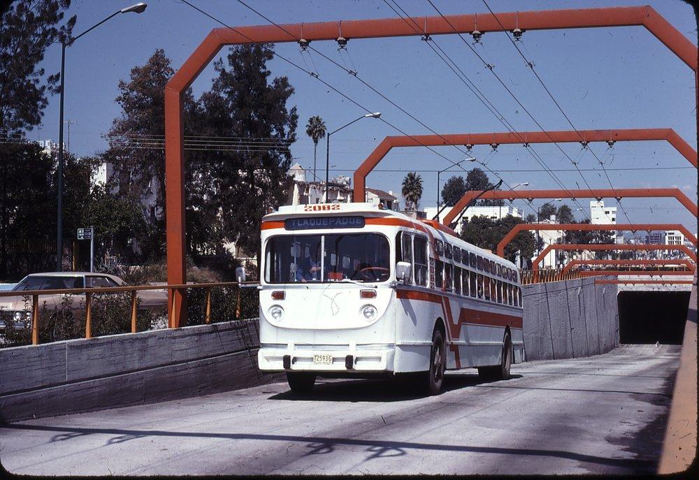 Výjezd z tunelu k jižně ležící okrajové stanici Colón téhož listopadového dne roku 1977.(zdroj: kolekce Stephena Scalza / Scalzo Collection)